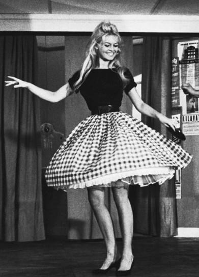 brigitte-bardot-falda-de-vuelo-a-cuadros